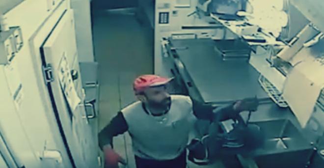 بالفيديو.. أغبى لص سرق مفتاح الحمام ورحل