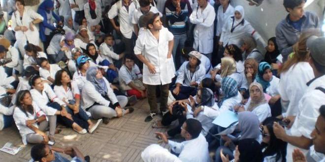 خريجو معاهد تأهيل الأطر الصحية في إحدى التظاهرات الاحتجاجية سابقا.