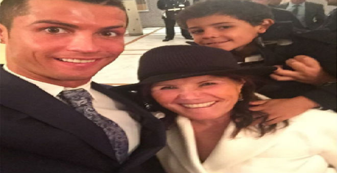 سيلفي رونالدو وعائلته في مطار المنارة بمراكش