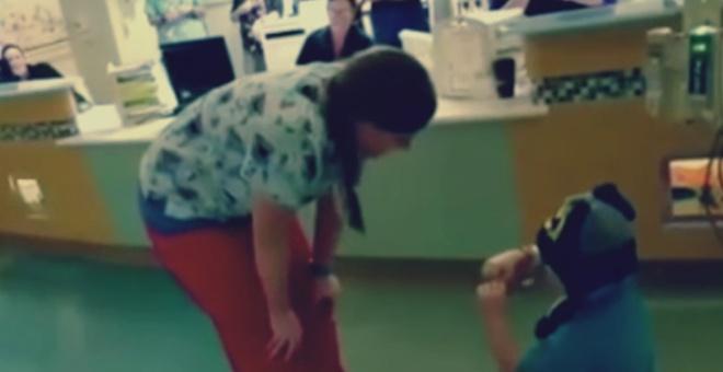 شاهد.. طفل مريض بالسرطان يطلب الزواج من ممرضته