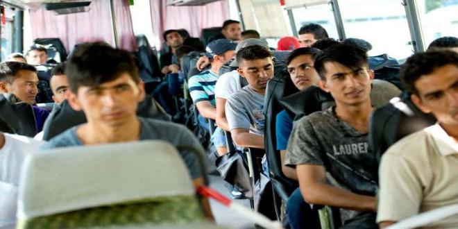 لاجئون أفغان على متن حافلة في ألمانيا