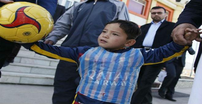 بالصور..ميسي يحقق حلم الطفل الأفغاني مرتضى أحمدي