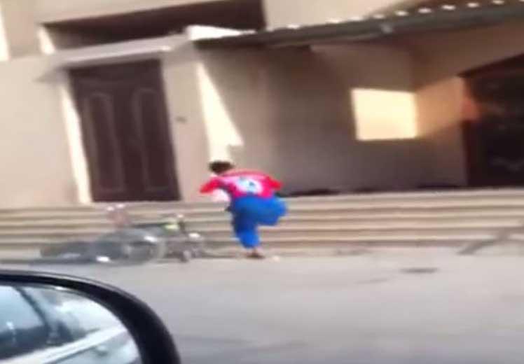فيديو مؤثر: شاب معاق يجري على ساق واحدة للحاق بالصلاة