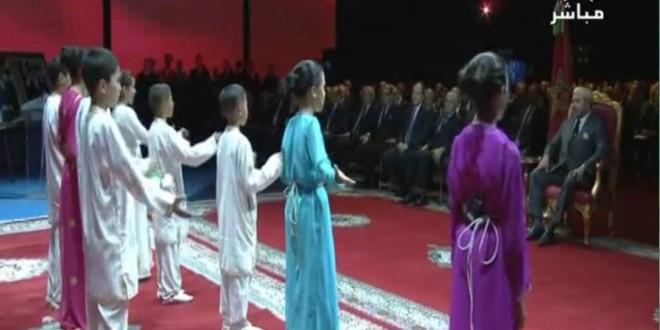 """بالفيديو..أطفال ورزازات يقدمون عرضا """"مبهرا"""" عن الطاقة أمام الملك"""