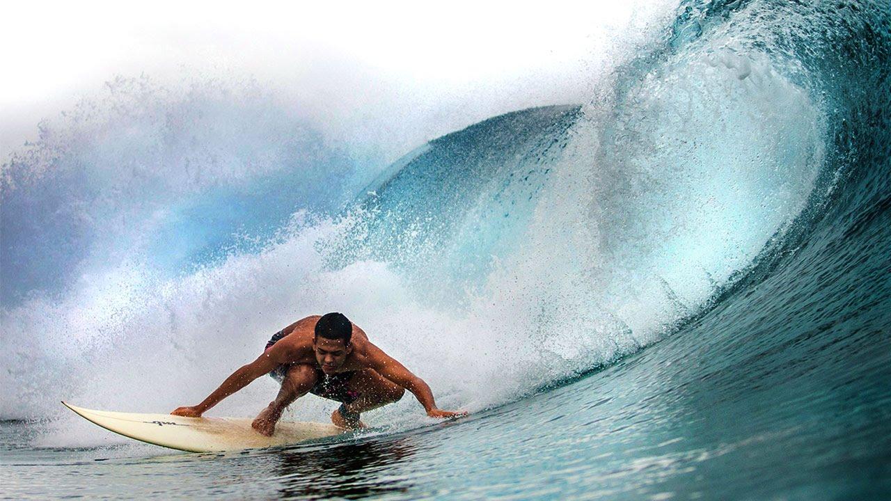 بالفيديو..برازيلي مكفوف يتحدى أمواج البحر بإحترافية