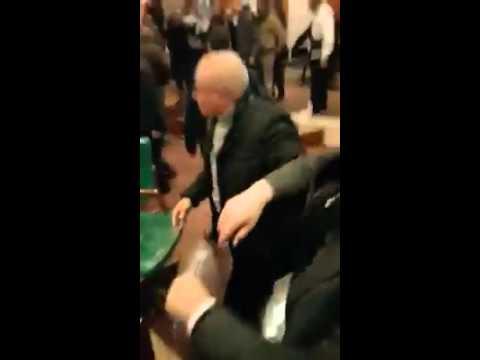بالفيديو | اشتباكات وتكسير للكراسي بمجلس مدينة الرباط