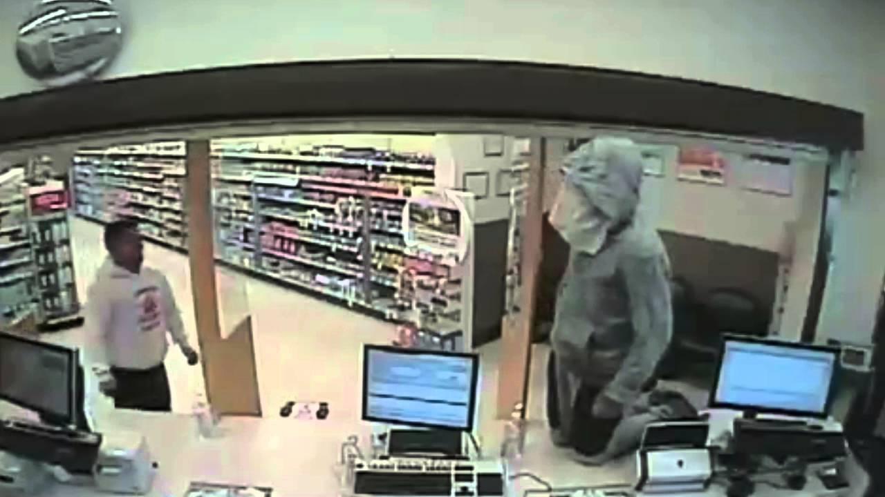 شاهد كيف تعامل شاب مع لص حاول سرقة صيدلية في وضح النهار