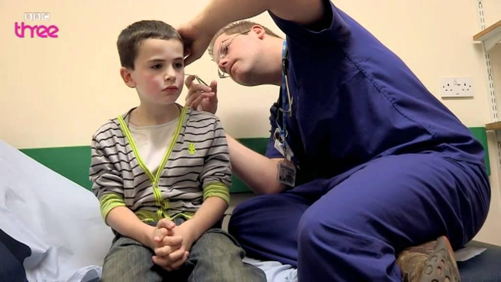 بالفيديو : ظن أن بداخل أذنه قلم رصاص لكن ما أخرجه الطبيب كان شيئا آخر