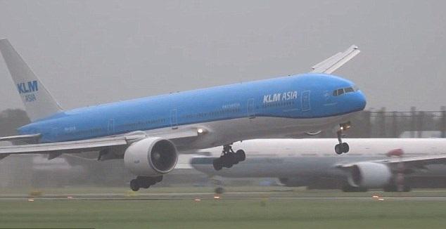 فيديو يحبس الأنفاس: شدة الرياح تعرقل هبوط الطائرات