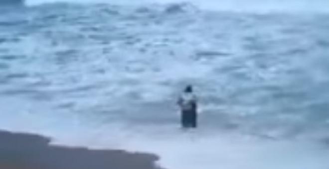 بالفيديو.. رجل يجسد الوفاء لزوجته الغارقة بهذه الطريقة
