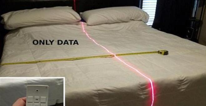 أمريكي يستخدم الليزر ليقسم السرير بينه وبين زوجته