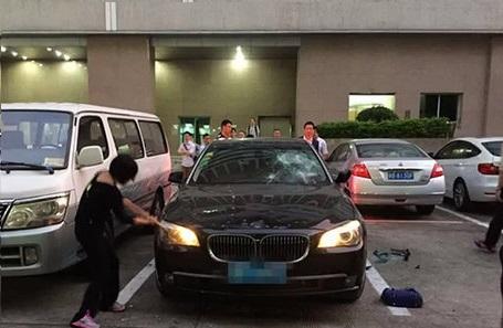 بالفيديو: شاهد ماذا فعلت امرأة بسيارة زوجها عندما اكتشفت أنه يخونها