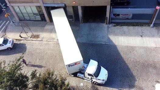 بالفيديو: لن تصدق الطريقة التي أُدخلت بها إلى الڭراج هذه الشاحنة
