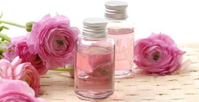 اصنعي مكعبات ماء الورد المجمدة للمسام الواسعة