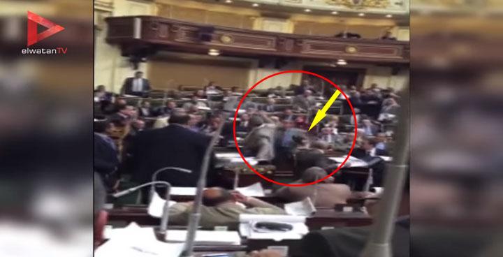 بالفيديو : لحظة ضرب توفيق عكاشة بـ