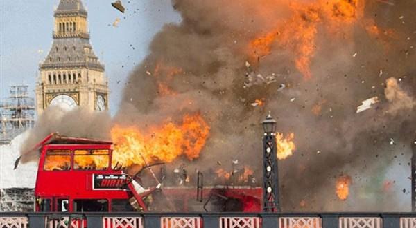 جاكي شان يسبب الذعر لسكان لندن بتفجير حافلة