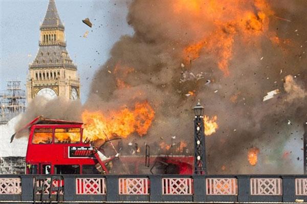 بالفيديو: جاكي شان يتسبب في الذعر لسكان لندن بتفجير حافلة