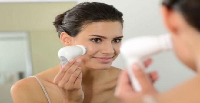 كيف تستخدمين فرشاة الوجه الكهربائية حسب نوع بشرتك؟