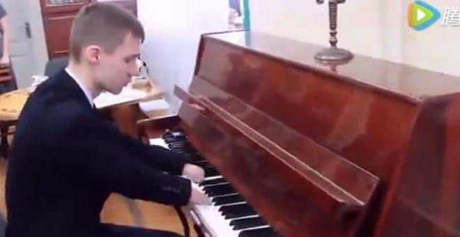 بالفيديو.. مراهق يعزف على البيانو من دون يدين