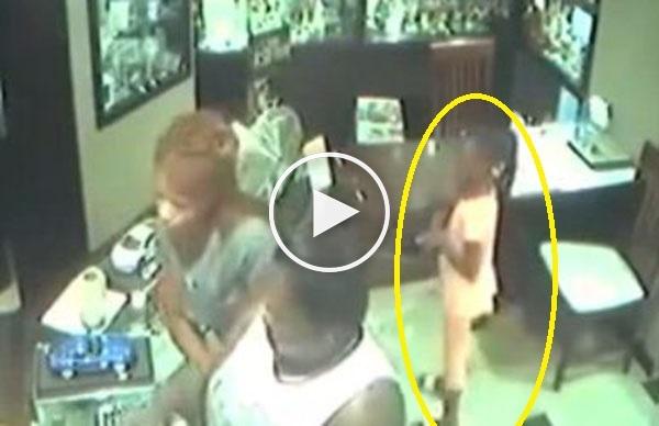 امرأتان تستخدمان طفلة في سرقة محل ذهب