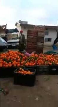 بالفيديو: رجل يعتدي على امرأة وسط ضحكات المارّة!!