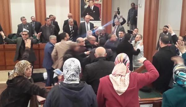 بالصور..عراك واشتباكات في دورة مجلس الرباط بين ''البام'' و''البيجيدي''