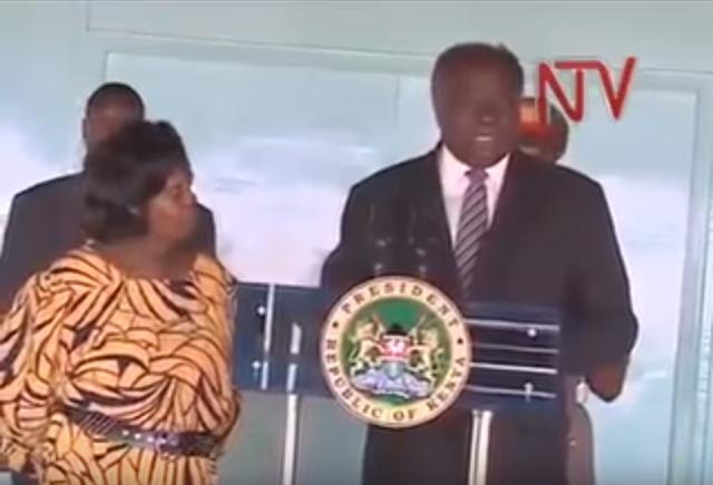 بالفيديو: رئيس كينيا يعقد مؤتمرا صحفيا لينفي أمام شعبه وزوجته شيئا غريبا!
