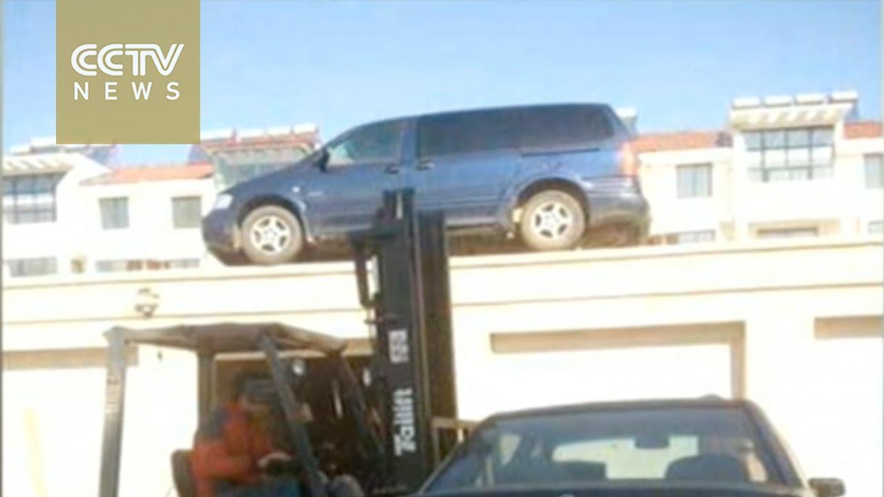 شخص وجد سيارتين توقفتا بشكل مخالف أمام جراج بيته.. انظروا ماذا فعل!