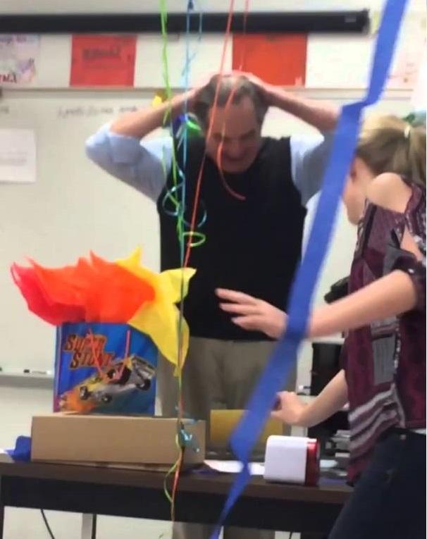 بالفيديو: معلم يبكي بعد أن فاجأه طلابه