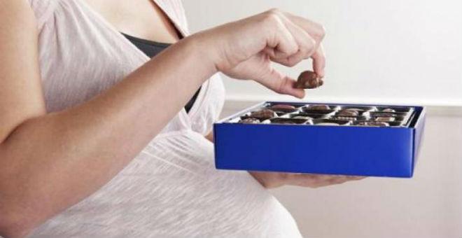 دراسة: الشوكولاتة تساعد على نمو الجنين وتقي من تسمم الحمل
