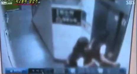 بالفيديو: مصعد يغلق بابه على قدم فتاة ويجرها للأعلى