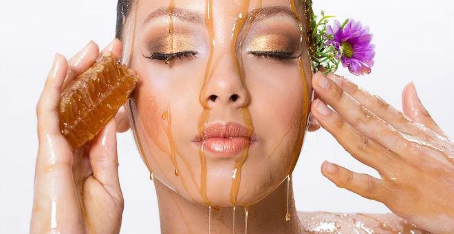 دليلك الكامل بأقنعة العسل الطبيعية لجميع أنواع البشرة