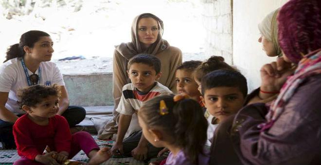 أنجلينا جولي بلبنان لمواساة اللاجئين السوريين وتوجه رسالة للعالم