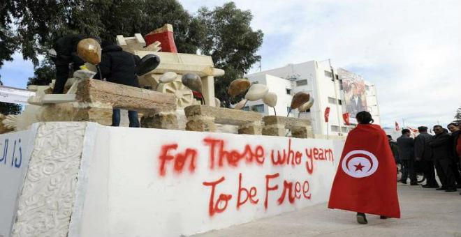 الفترة الانتقالية بتونس.. معجزة سياسية أم سراب خادع؟