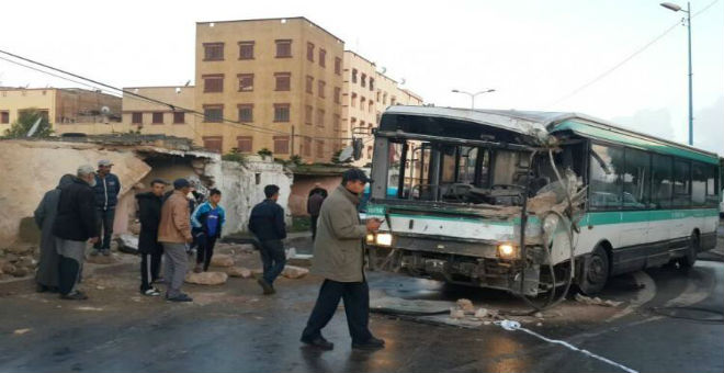بالصور.. حافلة ''مدينة بيس'' تقتحم منزلا بالبيضاء