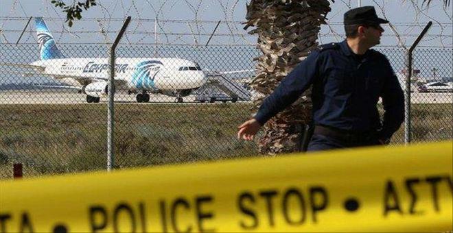 مختطف الطائرة المصرية أستاذ جامعي يطلب اللجوء السياسي