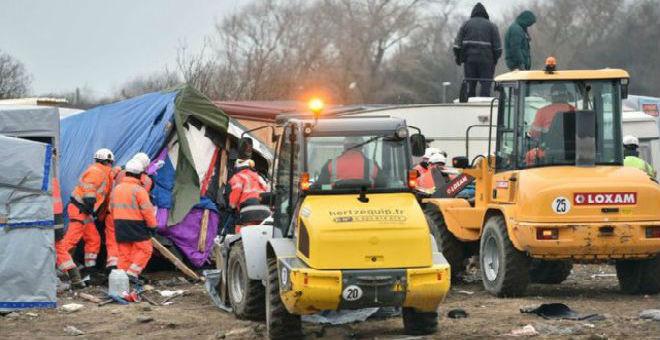 فرنسا:مهاجرون يخيطون أفواههم احتجاجًا على إزالة مخيمهم
