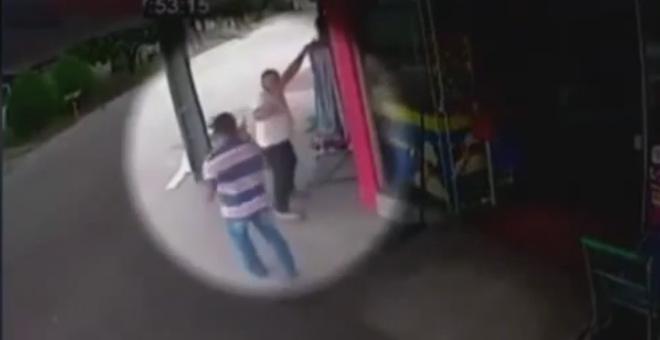 بالفيديو. رجل ينجو من محاولة اغتيال من مسافة قريبة جدا