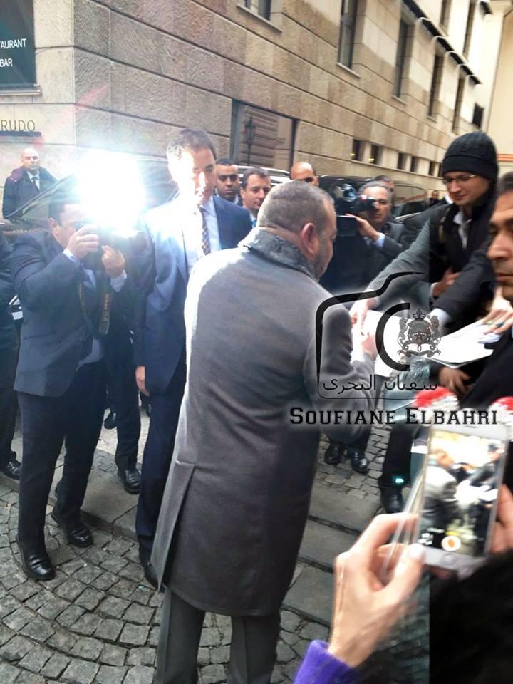 بالصور. تشيكيون يتسابقون في اتجاه الملك محمد السادس لأخذ توقيع تذكاري