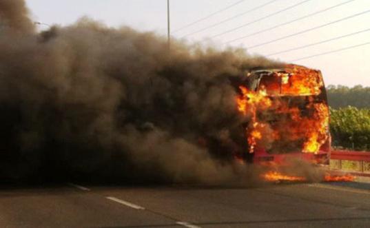 بالصور. حريق مهول يلتهم حافلة ضواحي مدينة سيدي إفني