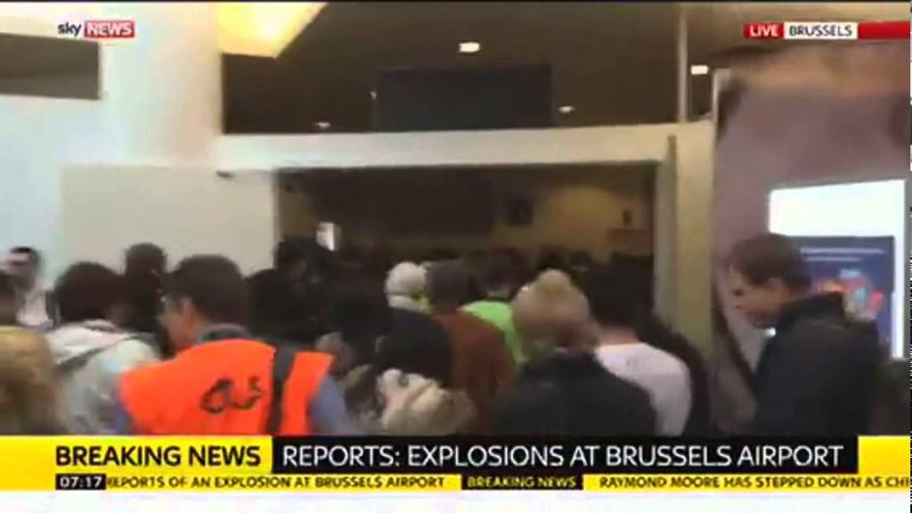 بالفيديو.. حالة الهلع في أعقاب تفجيرات مطار بروكسيل