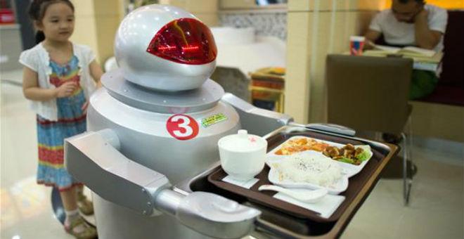 بالصور..مطعم صيني يوظف روبوتا لخدمة زبائنه