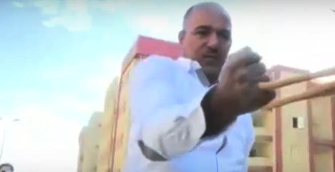 بالفيديو.. قوته 360 حصاناً يجر الشاحنات بأسنانه