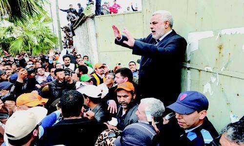 بالفيديو: بنكيران يفلت من قبضة الأساتذة المحتجين بوجدة..!!!