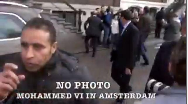 بالفيديو .. أحد حراس الملك يمنع مصور هولندي من التصوير