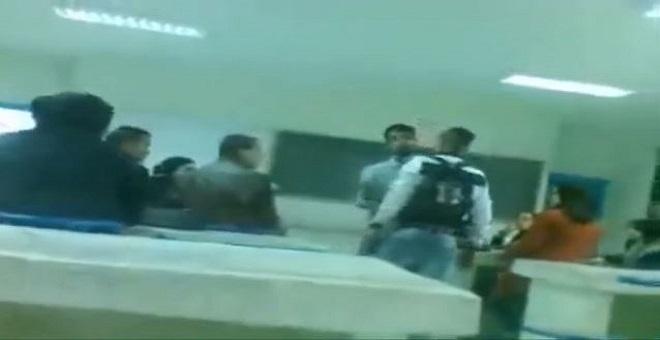 بالفيديو .. تلميذ يرغم الأستاذ على مغادرة قاعة الدرس