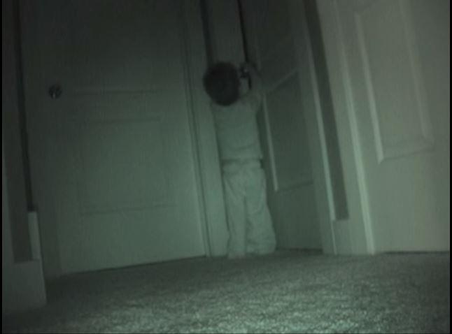 فتاة تختفي ألعابها ليلاً فقام والدها بوضع كاميرا ليعرف السبب.. النتيجة؟