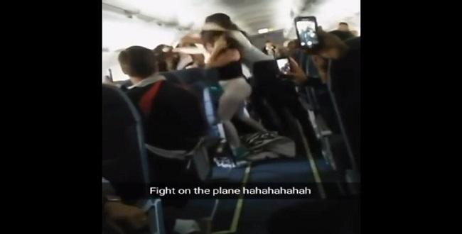 بالفيديو : مشاجرة بين 5 فتيات على متن طائرة