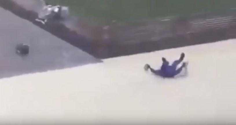 بالفيديو : قوة رياح إعصار أبوظبي تهز وتتلاعب بعامل كطعقة ورق
