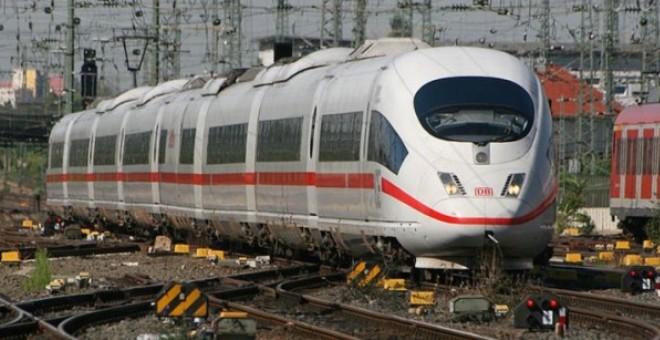 سائق قطار ينقذ حياتهم والمقابل صفعة على وجهه؟!